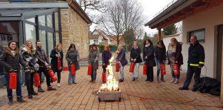 Praktische Übung der Erzieherinnen und Erzieher bei der Brandschutzhelferausbildung. (Foto: Kreisverwaltung Südliche Weinstraße)