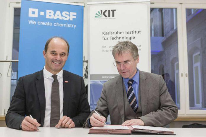 Dr. Martin Brudermüller, Stellvertretender Vorstandsvorsitzender und Chief Technology Officer der BASF, Professor Holger Hanselka, Präsident des KIT. (Foto: Dölger, BASF)