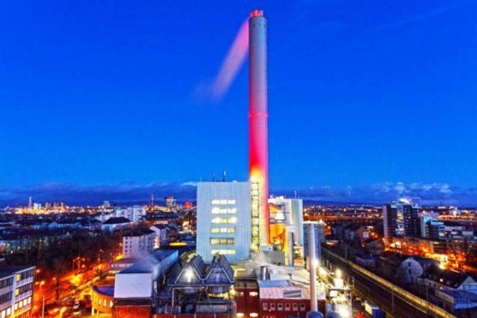 Der nächtlich beleuchtete Kamin (Foto: GML – Gemeinschafts-Müllheizkraftwerk Ludwigshafen GmbH)