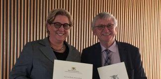 Ministerialdirektor Julian Würtenberger überreichte Nicole Huber, Leiterin des Referats des Oberbürgermeisters, am 22. November 2017 in Stuttgart den Förderbescheid zum Breitbandausbau. (Foto: Stadt Heidelberg)