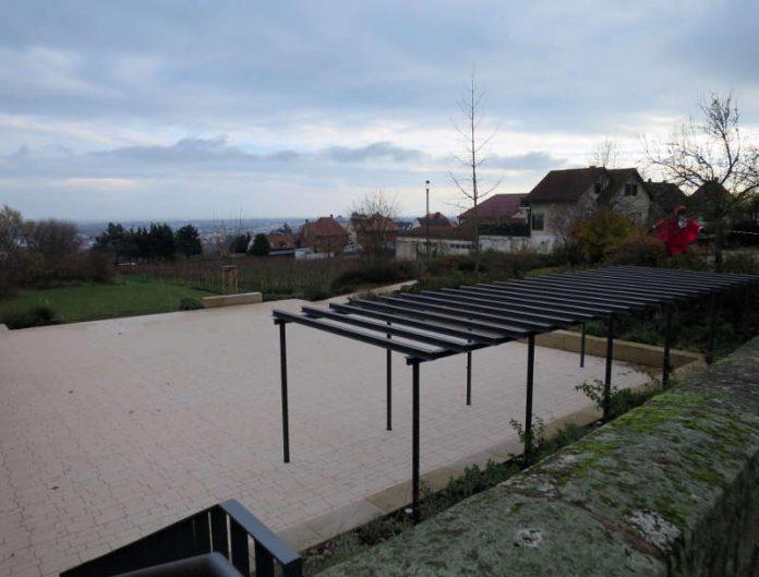 Der neue Dorfplatz mit Blick in die Rheinebene. (Foto: Stadtverwaltung Neustadt)