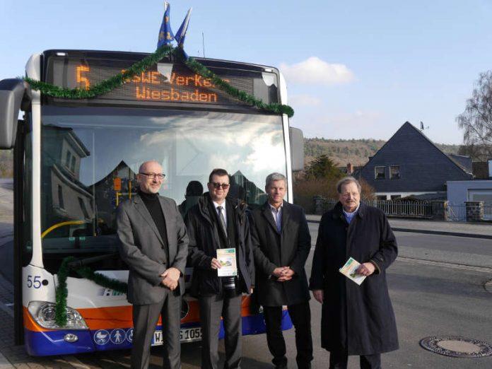 Roland Buitkamp (Geschäftsführer der Rheingau-Taunus-Verkehrsgesellschaft mbH), Jörg Gerhard (Geschäftsführer der ESWE Verkehrsgesellschaft mbH, Andreas Kowol (Umwelt- und Verkehrsdezernent der Landeshauptstadt Wiesbaden) sowie Günter F. Döring (Verkehrsdezernent des Rheingau-Taunus-Kreises). (Foto: ESWE)
