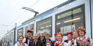 OB Peter Feldmann mit Thomas Wissgott und Klaus Sturmfels vor Freundschaftsbahn Frankfurt-Krakau (Foto: Stadt Frankfurt / Bernd Kammerer)
