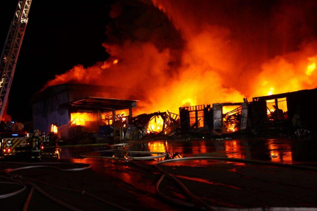 Großbrand in einem großen Hallenkomplex (Quelle: Landeshauptstadt Mainz / Foto: Frank Sauer)