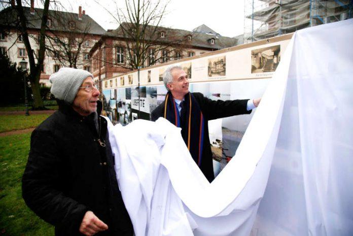OB Peter Feldmann enthüllt mit Künstler Jürgen Wiesner das Kunstprojekt 'Am Fuße des Bolongaropalastes' (Foto: Stadt Frankfurt/Maik Reuss)