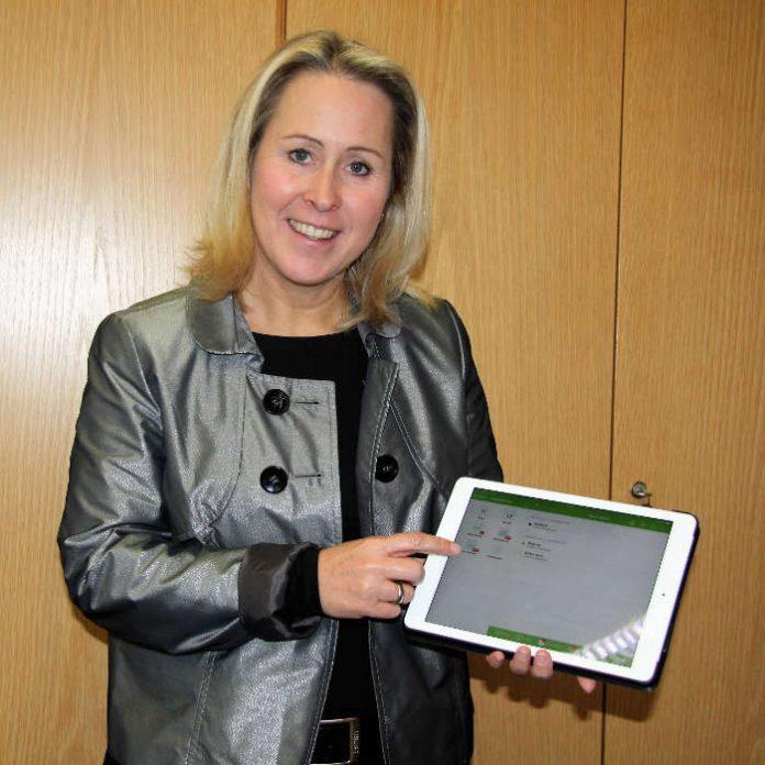 Landrätin Dr. Susanne Ganster präsentiert die Abfall-App Abfall LKSWP, die jetzt für mobile iOS- und Android- Endgeräte zur Verfügung steht auf einem iPad (Foto: Kreisverwaltung Südwestpfalz)
