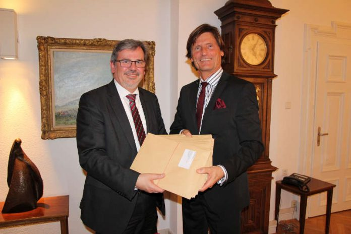 Oberbürgermeister Hansjörg Eger übergibt GSW-Geschäftsführer Gerhard Müller die Baugenehmigungen für 16 Doppelhaushälften (Foto: Stadt Speyer)