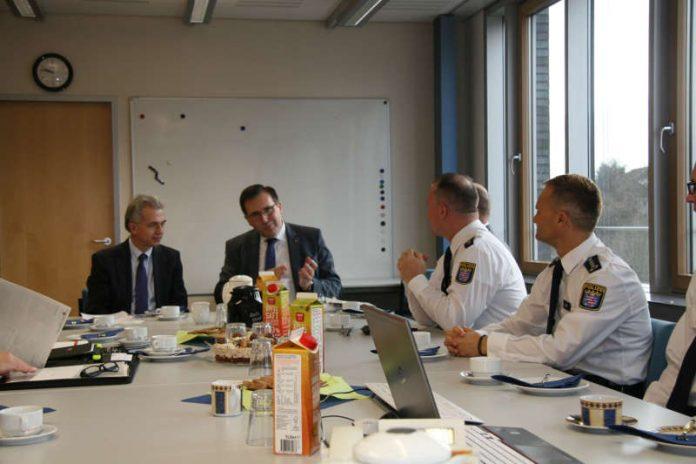 OB Feldmann im Gespräch mit Polizeivizepräsident Walter Seubert (Foto: Polizeipräsidium Frankfurt)