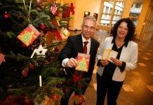OB Peter Feldmann und Sylvia Weber zeigen zur Aktion 'Ihr Weihnachtsgeschenk für Frankfurter Kinder' Wunschzettel vom Weihnachtsbaum (Foto: Stadt Frankfurt/Maik Reuss)