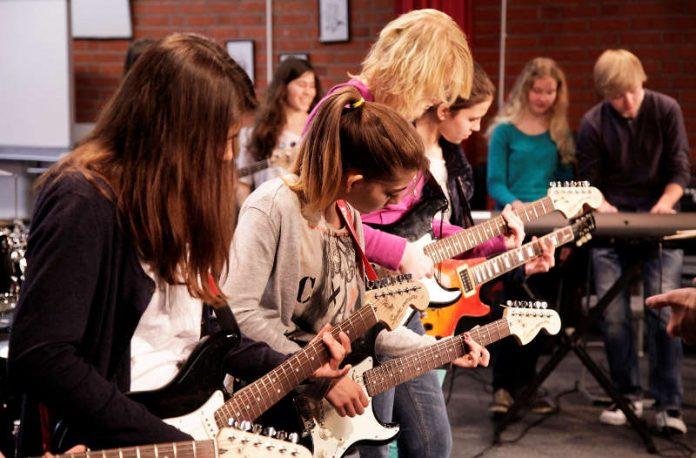 Zwei Tage lang besuchen Dozierende und Studierende der Popakademie Baden-Württemberg ausgewählte Schulen und unterrichten in spannenden Workshops wie man singt, textet und Instrumente spielt. (Foto: Franka Rose)