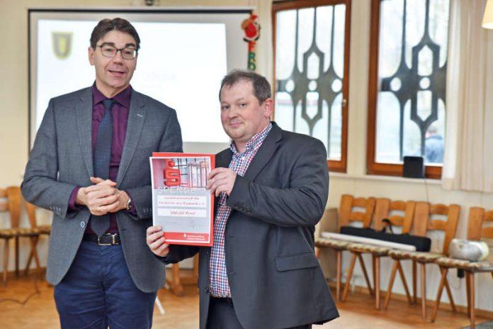 Oberbürgermeister Thomas Hirsch überreicht die Spende dem Vorsitzenden der Kreisgruppe Georg Schmalz (Foto: Kreisgruppe der Landsmannschaft der Deutschen aus Russland)