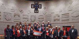 Spendenscheckübergabe - das Geld kommt dem Kindergarten Heilig Kreuz zugute (Foto: Sparkasse Karlsruhe)