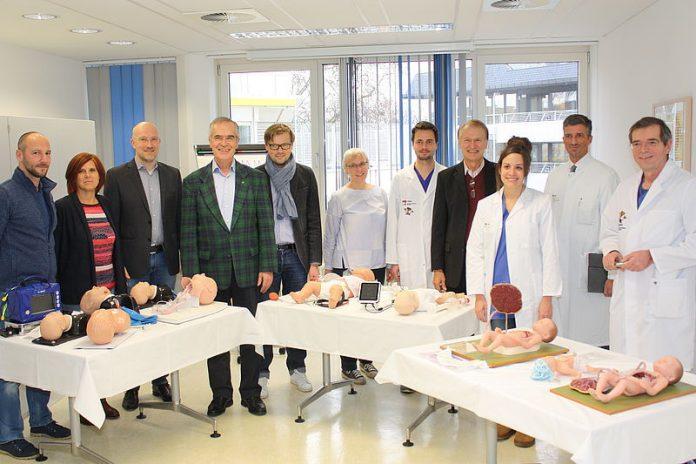 Reanimationspuppen mit Spendern der Stiftung Paula Wittenberg (Foto: UMM)