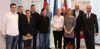 """Staatssekretär Randolf Stich (r.) mit den ersten Absolventen des kombinierten Studiengangs """"Geoinformatik und Vermessung"""" (Foto: MDI)"""