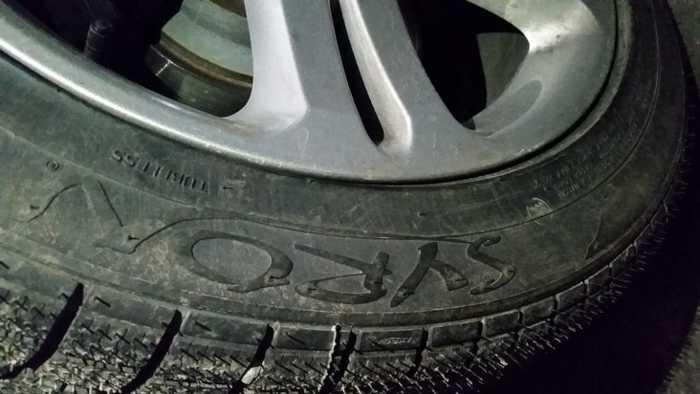 Reifen mit Logo des Tatfahrzeugs