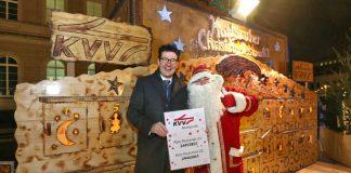 Eine vorweihnachtliche Überraschung für Abo-Kunden verbarg sich auch in diesem Jahr hinter den Türchen des KVV-Adventskalenders, die Geschäftsführer Dr. Alexander Pischon zusammen mit dem Weihnachtsmann auch in diesem Jahr auf dem Karlsruher Christkindlesmarkt öffnete (Foto: KVV)