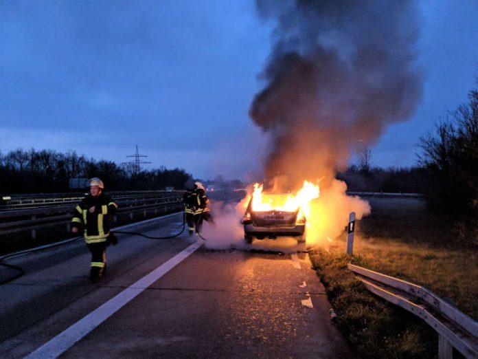 Brennendes Fahrzeug, kurz vor Beginn der Löscharbeiten. (Foto: Robin Dietrich)