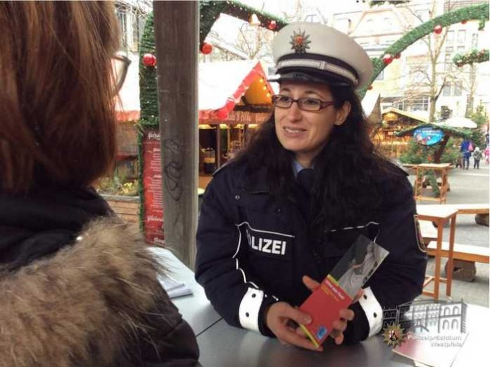 Das Beratungszentrum des Polizeipräsidiums Westpfalz - hier im Bild Melanie Paul - wird auch in diesem Jahr mit einem Info-Stand auf dem Weihnachtsmarkt vertreten sein: am 12. Dezember auf dem Kulturmarkt!