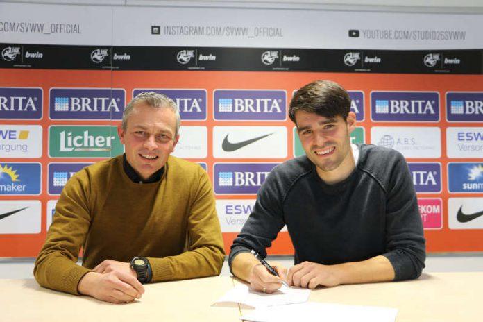 Freuen sich über die Vertragsverlängerung (v. l.): SVWW-Sportdirektor Christian Hock und Sascha Mockenhaupt. (Foto: svww.de)