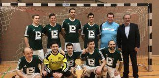Die Sieger des Verbandsgemeinde-Hallenfußballturniers: VfL Hainfeld mit Bürgermeister Olaf Gouasé (Foto: Victoria Wörner)