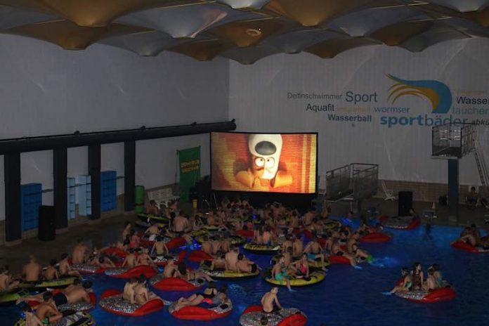 Das Heinrich-Völker-Bad wird zum Kinosaal und die Badegäste entscheiden per Applaus über den gezeigten Film. (Foto: Freizeitbetriebe Worms GmbH)
