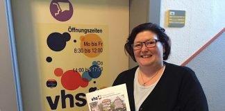 VHS-Geschäftsführerin Erika Roggendorf mit dem neuen Programm der Volkshochschule (Foto: Stadtverwaltung Bad Kreuznach)