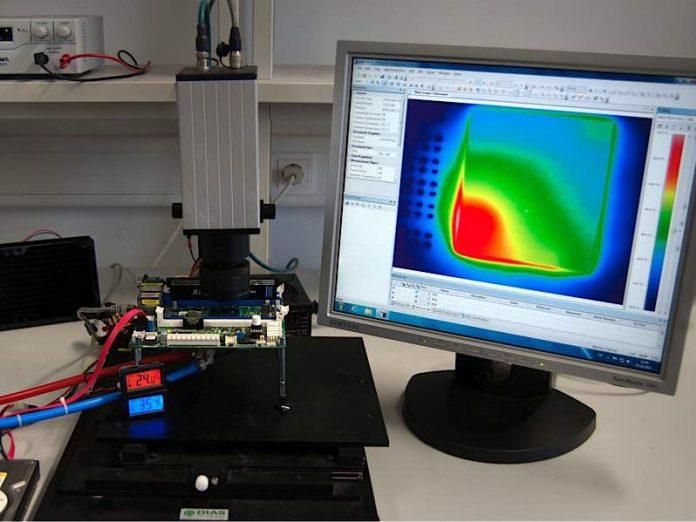Versuchsaufbau zur Überwachung eines Computerchips mit Infrarotkameras (Foto: CES/ KIT)