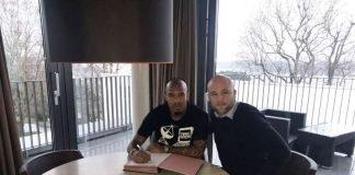 Nigel de Jong bei der Vertragsunterschrift (Foto: twitter.com/1FSVMainz05)