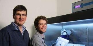 Professor Oesterschulze und sein Doktorand Alexander Hein (Foto: Thomas Koziel)