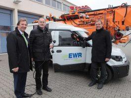 EWR-Vorstand Günter Reichart, Bürgermeister Hans-Joachim Kosubek und ebwo-Werkleiter Hans-Dieter Gugumus starten die Testphase mit dem E-Transporter. (Foto: Axel Schmitz)
