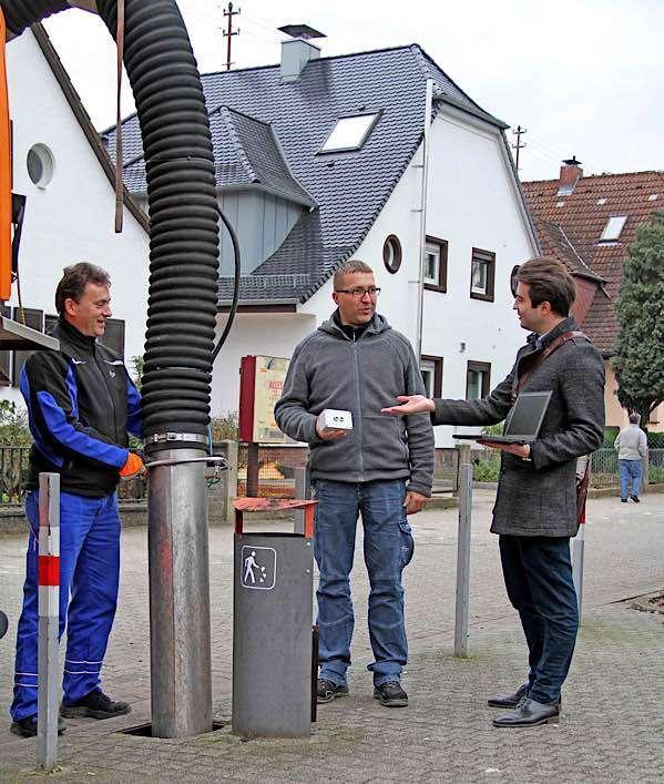 Neue Sensoren in den Unterflurcontainern an den Straßenbahnhaltestellen melden die Füllhöhe. Ein Projekt der Azubis der Stadtwerke in Zusammenarbeit mit den VBK und dem Dienstleister Zenner IoT Solutions. Auf dem Bild zu sehen sind (von links) Stefan Miklosko (VBK-Bahnmeisterei), Stefan Oberacker (VBK-Bahnmeisterei und Leiter des Projekts bei den VBK) und Robin Birk von SWK-Novatec GmbH (Leiter des Gesamtprojekts