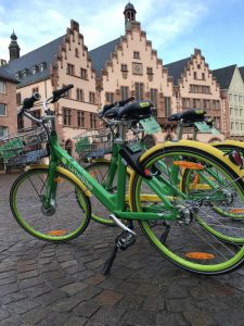 Leihrad-Anbieter 'LimeBike' auf dem Römerberg (Foto: Stadt Frankfurt / Niklas Heinz)