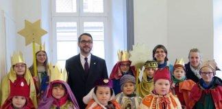 Sternsinger von St. Marien brachten OB Weigel und dem Rathaus ihren Segen. (Foto: Stadtverwaltung Neustadt)