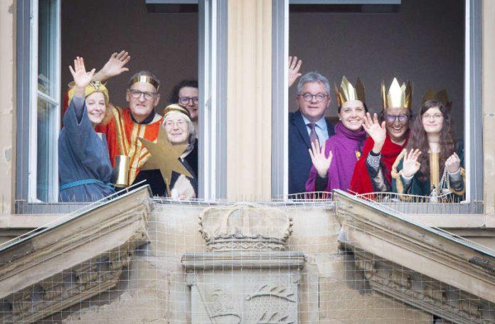 Minister Guido Wolf (vierter von rechts) mit Sternsingern der Domgemeinde St. Eberhard im Justizministerium. (Foto: Ministerium der Justiz und für Europa)