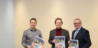 Über das neue Programm der Kreisvolkshochschule und Kreismusikschule freuen sich Kurt Steffens, Michael Zuber und Landrat Ernst Walter Görisch. (Foto: Kreisverwaltung Alzey-Worms)