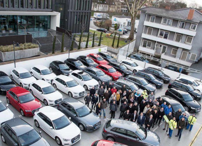 76 EWR-Mitarbeiter fahren mit ihrem Audi A3 e-tron überwiegend elektrisch – und das freut auch den Vorstand, Günter Reichart und Stephan Wilhelm. (Foto: EWR AG)