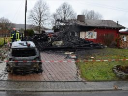 Der Brandort zeigt am Tag danach das ganze Ausmaß des Schadens: Carport und beide Autos völlig zerstört und das Wohnhaus so stark beschädigt, dass es unbewohnbar ist.