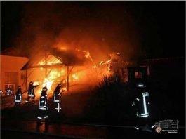Der Carport wurde durch das Feuer völlig zerstört. Zwei Autos, die darin abgestellt waren, brannten aus. Das angrenzende Wohnhaus wurde ebenfalls stark beschädigt.