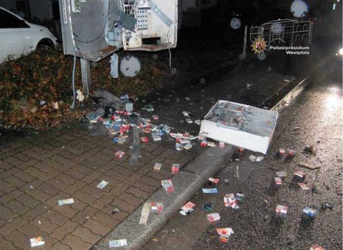Der Zigarettenautomat wurde aufgesprengt und ein Teil des Inhalts (Zigaretten und Geld) gestohlen. Zahlreiche Zigarettenpackungen und Münzen blieben jedoch zurück und lagen über Gehweg und Fahrbahn verteilt auf dem Boden.