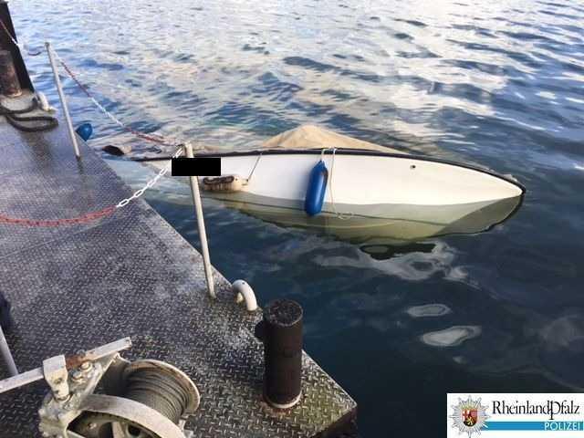 Gesunkenes Sportboot im Binger Hafen