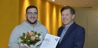 Der 200. Ausbildungsbotschafter David Cakaric mit IHK-Hauptgeschäftsführer Dr. Uwe Vetterlein. (Foto: Dagmar Mendel)