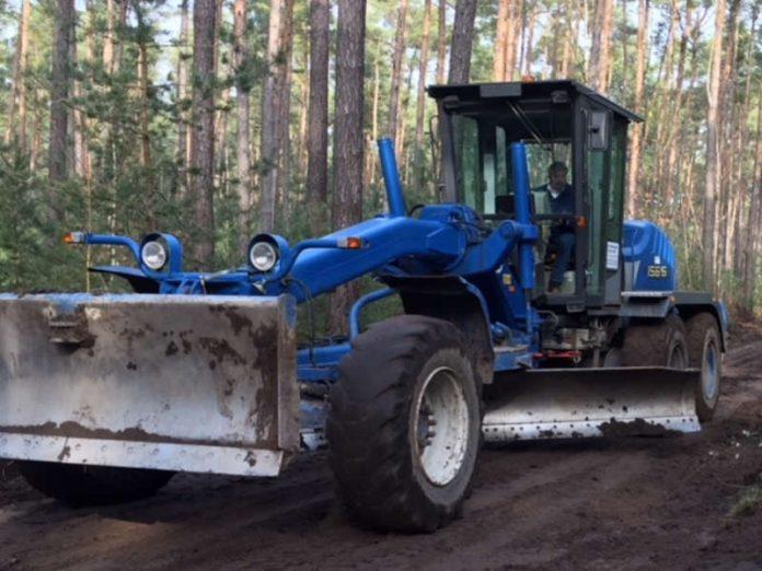 Grader beim Anlegen eines Planums für den Schottereinbau (Foto: Gemeindeverwaltung Haßloch)