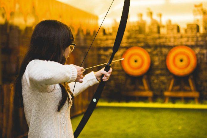"""In der Ausstellung """"Robin Hood"""" erwartet die Besucher eine professionelle Bogenschießanlage. (Foto: Historisches Museum der Pfalz Speyer/Carolin Breckle)"""