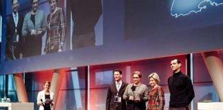 Dr. Nicole Hoffmeister-Kraut (2.v.r.) überreichte die Auszeichnung an (v.l.) Marc Massoth, stellvertretender Leiter des Amtes für Wirtschaftsförderung und Beschäftigung, Nicole Huber, Leiterin des Referats des Oberbürgermeisters und Koordinatorin der digitalen Aktivitäten der Stadt Heidelberg, und Sebastian Warkentin, Geschäftsführer der Digital-Agentur Heidelberg GmbH. (Foto: Stadt Heidelberg)