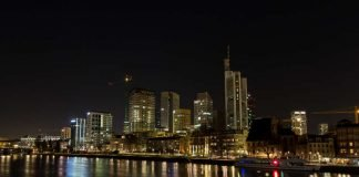 Earth Hour 2017, verdunkelte Skyline (Foto: Energiereferat Stadt Frankfurt/ Holger Menzel)