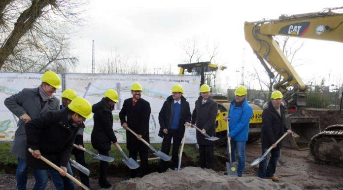 Für OB Weigel (Mitte) war es der erste Spatenstich. (Foto: Stadtverwaltung Neustadt)