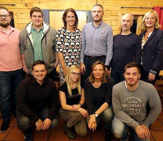 stehend: Patrick Milz (1. Vorsitzender), Florian Erb (Sportwart), Simone Schäfer (Beisitzerin), André Pfeifer (Beisitzer), Peter Bayer (Schriftführer), Heidi Becht (2. Vorsitzende) kniend: Peter Emrich (Beisitzer), Susanne Naser (Kassenwartin), Carina Franck (Beisitzerin), Claudio Edelmann (Jugendwart) (Foto: TC Rülzheim)
