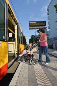 """Autofasten leicht gemacht: Mit dem """"FastenTicket"""" zeigt der KVV eine attraktive und umweltfreundliche Alternative zum eigenen Auto auf. Denn alle Tram- und Stadtbahnen im Karlsruher Verkehrsverbund sind mit klimaneutralem Ökostrom unterwegs (Foto: KVV)"""
