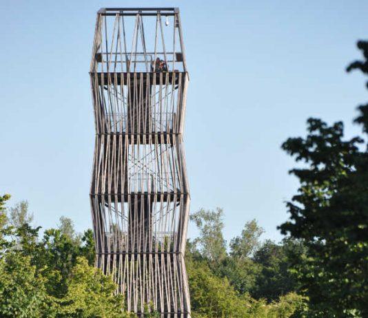 Der Aussichtsturm auf dem früheren Landesgartenschaugelände der Stadt Landau im Sommer. Aktuell muss der Turm wegen Eis- und Schneeglätte geschlossen bleiben. (Foto: Stadt Landau in der Pfalz)