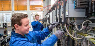 BASF-Auszubildende bei ihrer Arbeit: Jonathan Brand (vorne) und Philipp Lehmann (beide Auszubildende zum Elektroniker für Automatisierungstechnik) prüfen einen Frequenzumrichter. Das erwartet auch die neuen Auszubildenden mit Schwerpunkt Betriebstechnik. (Foto: BASF SE)